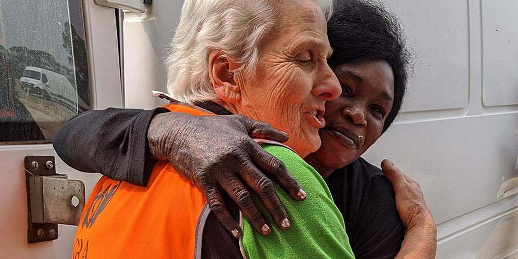 """Координатор добровольцев АДРА Мерилин Беверидж (слева) с представителем организации """"Afri-Aus Care"""", которая пожертвовала 1000 бутылок воды для жертв лесного пожара. [Фото: предоставлено аккаунтом ADRA Victoria в Facebook]"""