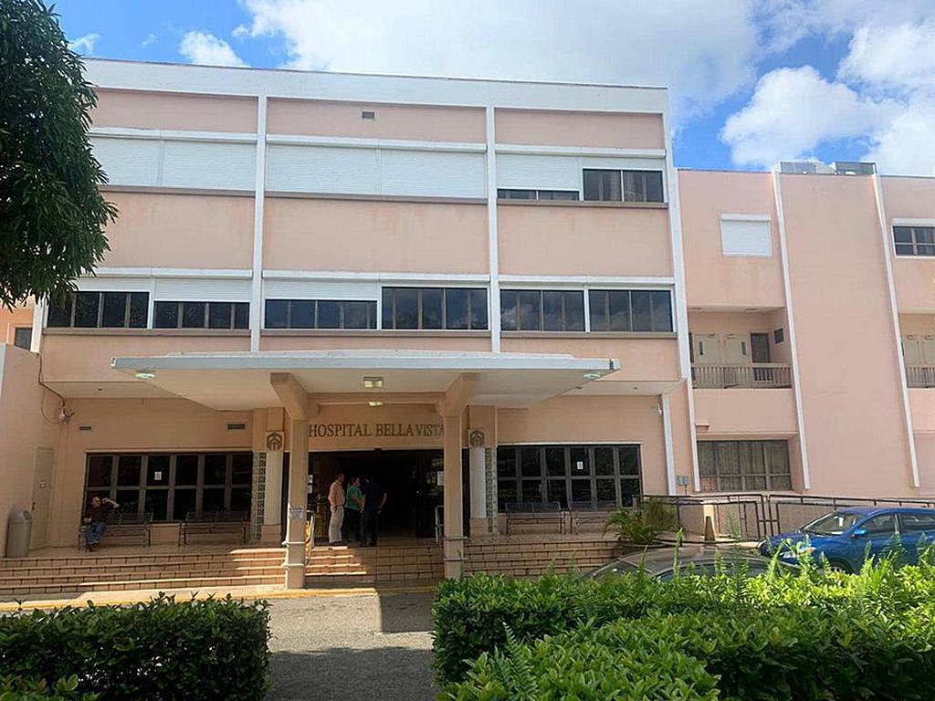 Главный вход в больницу Bella Vista, управляемую адвентистами, в Маягуэсе, Пуэрто-Рико, 7 января 2020 года, когда инженеры-строители осматривали верхние этажи на предмет повреждений от землетрясения. [Фото: любезно предоставлено Линетт Матос, Amor 90,9]