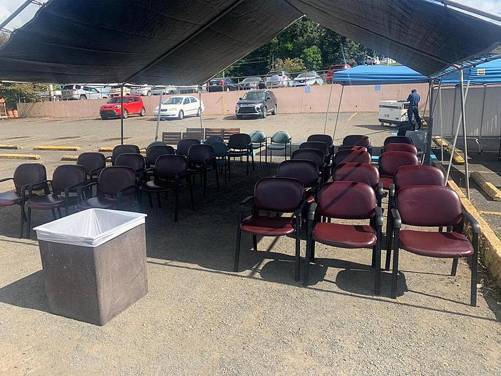 Зона для сидения за пределами больницы Bella Vista в Майагуэсе, Пуэрто-Рико, для использования персоналом больницы и пациентами, которым может понадобиться убежище из-за подземных толчков. [Фото: любезно предоставлено Линетт Матос, Amor 90,9]