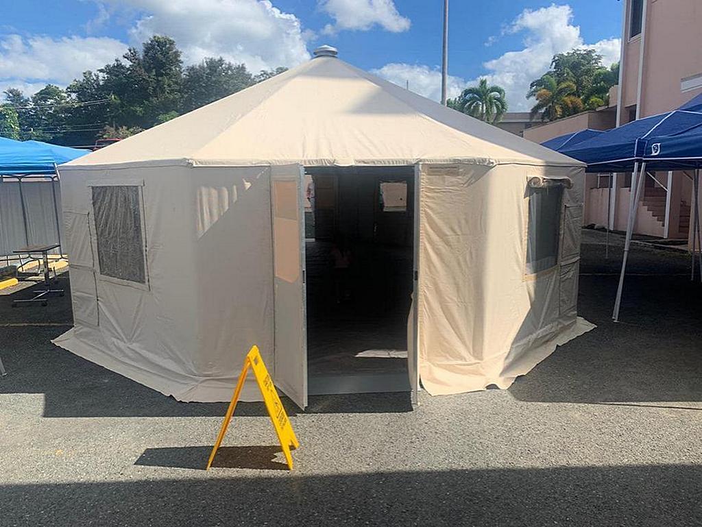 Палатка, установленная возле больницы Bella Vista в Майагуэсе, Пуэрто-Рико, для размещения персонала и пациентов, в то время как толчки продолжали сотрясать остров. [Фото: любезно предоставлено Линетт Матос, Amor 90,9]