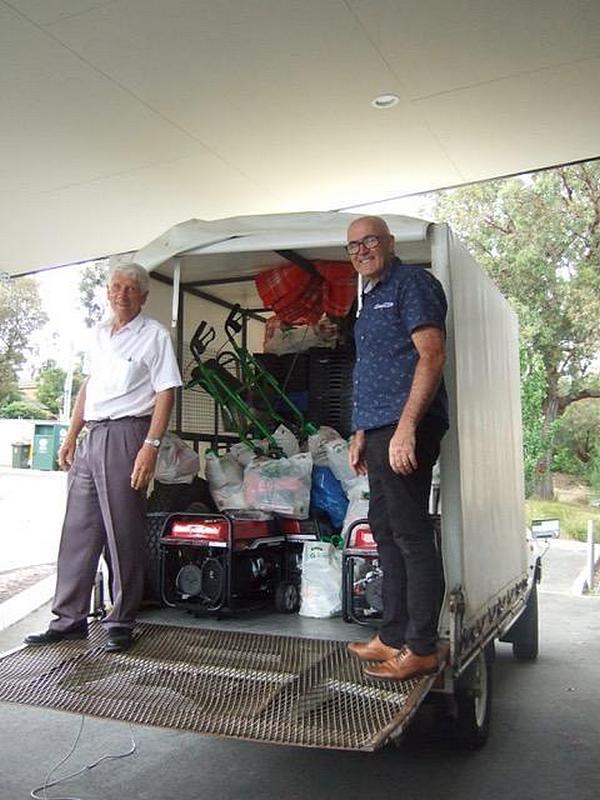 Майк Тарбертон и Питер Кэмпбелл готовы закрыть грузовик, загруженный предметами, для оказания помощи сообществам в зонах австралийских лесных пожаров. [Фото: Ширли Тарбертон]