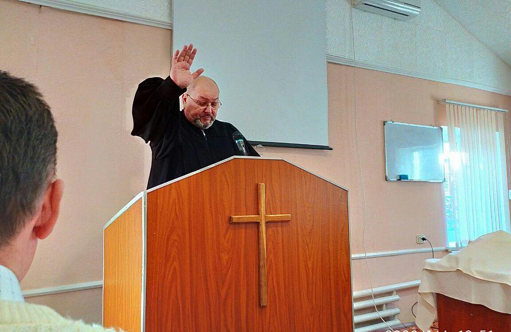 Пастор Валерий Водопьянов произносит благословение