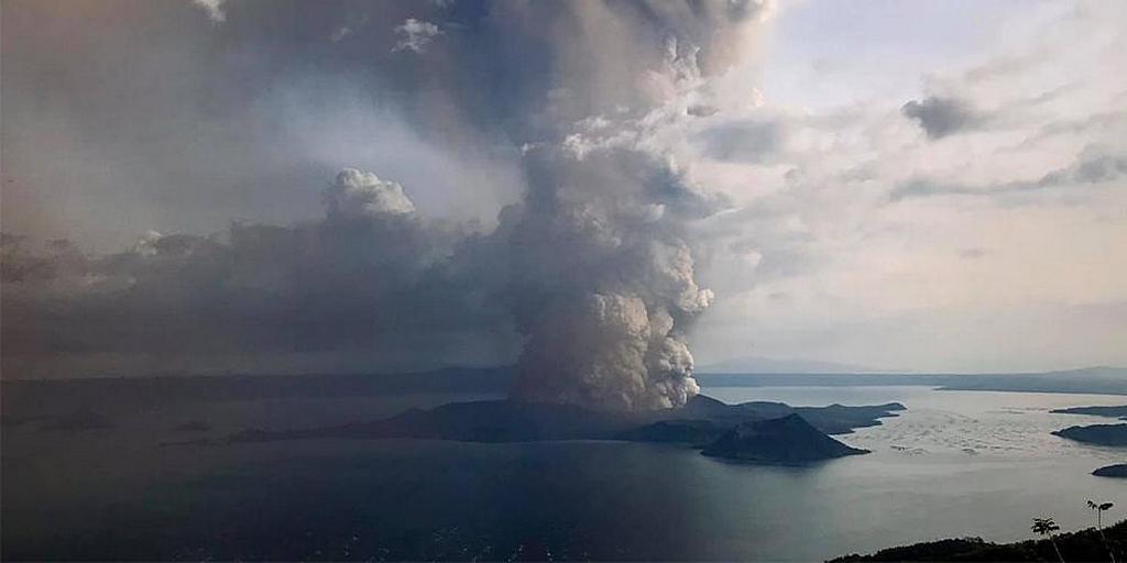 Вулкан Таал начал извергать серный пепел и пар в воскресенье, 12 января 2020 года, около 17:30, что затронуло соседние провинции в районе южного Лузона на севере Филиппин. Несколько учреждений Адвентистов седьмого дня находятся всего в нескольких милях от кратера. [Фото: предоставлено Threena Tan]