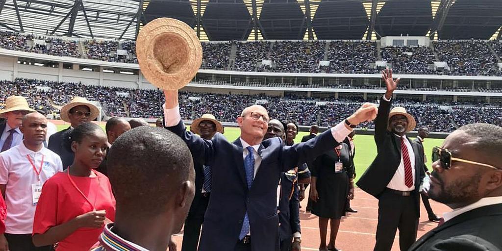 Президента Церкви адвентистов седьмого дня Теда Н. К. Вильсона приветствуют 35 000 человек на стадионе «Эстадио 11 ноября» в Луанде, Ангола, в субботу 15 февраля 2020 года. [Фото: любезно предоставлено учетной записью Теда Вильсона в Facebook]