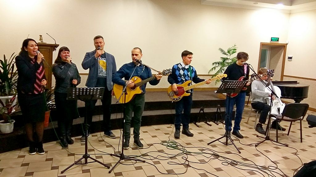 Выступает ансамбль 8 харьковской общины