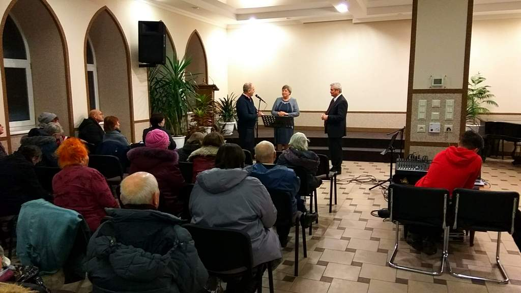 С Раисой Кузьменко и Львом Вертыло беседует пастор Руслан Симоненко