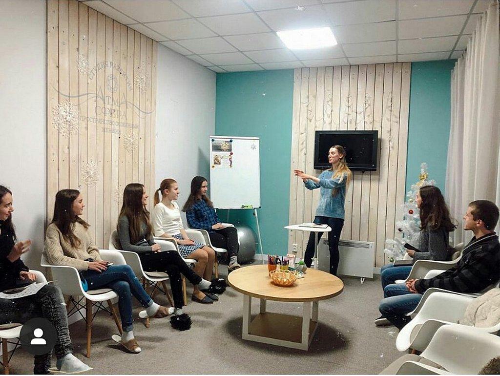 В Кривом Роге открылся клуб по изучению языка жестов или сурдоперевода