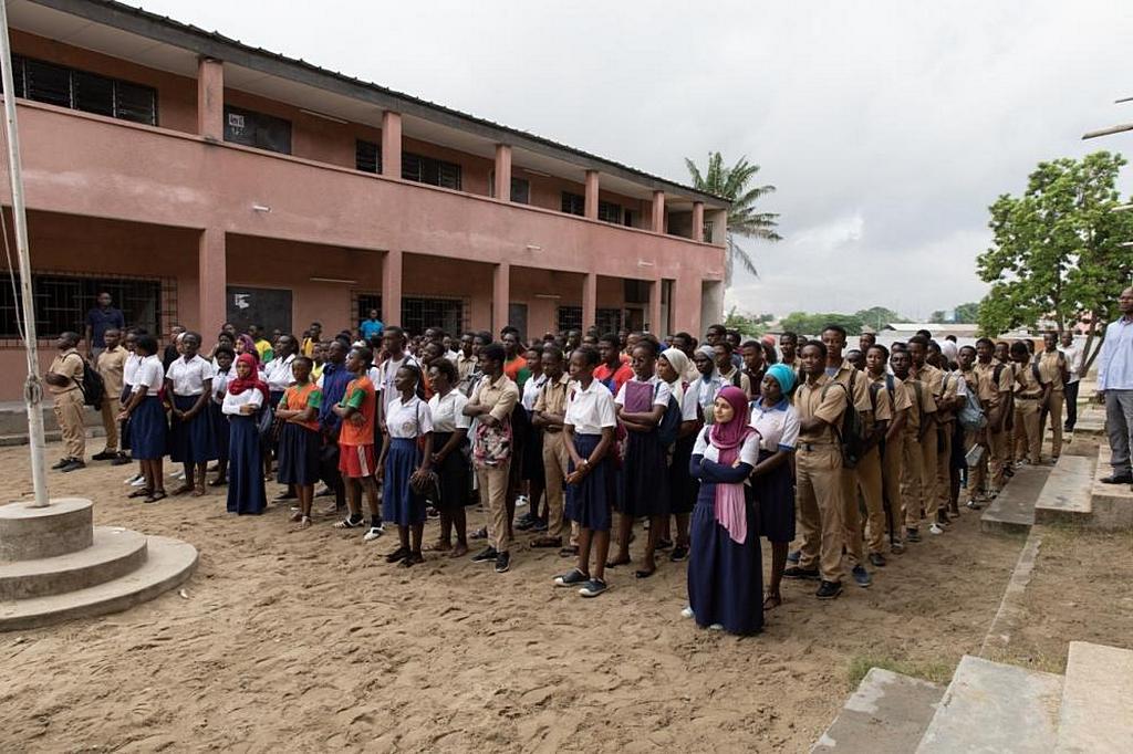 Ученики адвентистской школы Маркори собираются на утреннее богослужение у флагштока. [Фото: Том Ллойд, Maranatha Volunteers International]