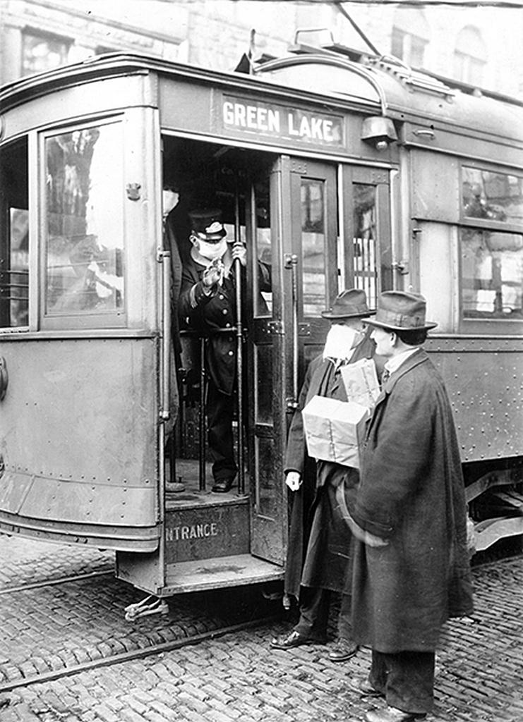 """Меры предосторожности, принятые в Сиэтле, штат Вашингтон во время пандемии """"испанского гриппа"""", не позволяли никому ездить на городском транспорте без маски."""