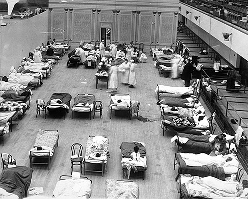 Медсестры-добровольцы из Американского Красного Креста, ухаживающие за больными гриппом в Аудитории Окленда, Окленд, Калифорния, во время пандемии гриппа 1918 года. ПК: Эдвард А. «Док» Роджерс