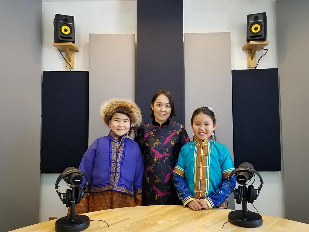 """Ведущие детского шоу Khemnel Radio, победившего в Национальном конкурсе """"Лучший детский контент для радио"""" в феврале 2020 года. [Фото: Khemnel Radio, Монгольская миссия]"""
