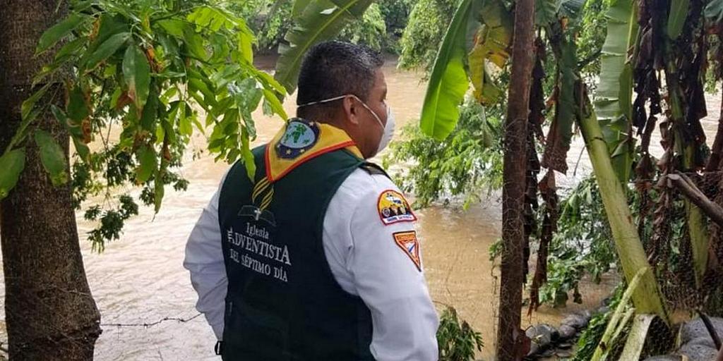 Местный пастор Жозуэ Солис из Сонсонате, Сальвадор, смотрит на поднимающиеся воды, принесенные Тропическим штормом Аманда 31 мая 2020 года. [Фото: Сальвадорский Унион]