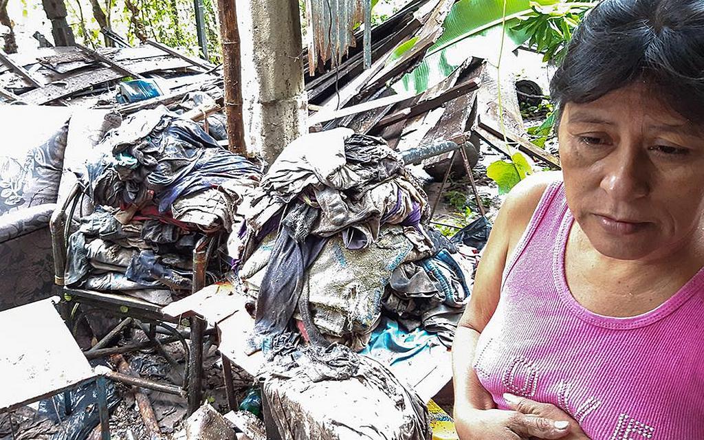 Зулма Родригес, адвентистка седьмого дня, смотрит на последствия разрушительной тропической бури, которые Аманда нанесла ее дому, когда крыша была сорвана, а проливные дожди снесли деревянные конструкции 31 мая 2020 года в Дельгадо, Сальвадор. Более 160 семей адвентистов были перемещены после того, как шторм обрушился на эту центральноамериканскую страну. [Фото: любезно предоставлено Марио Гусманом]