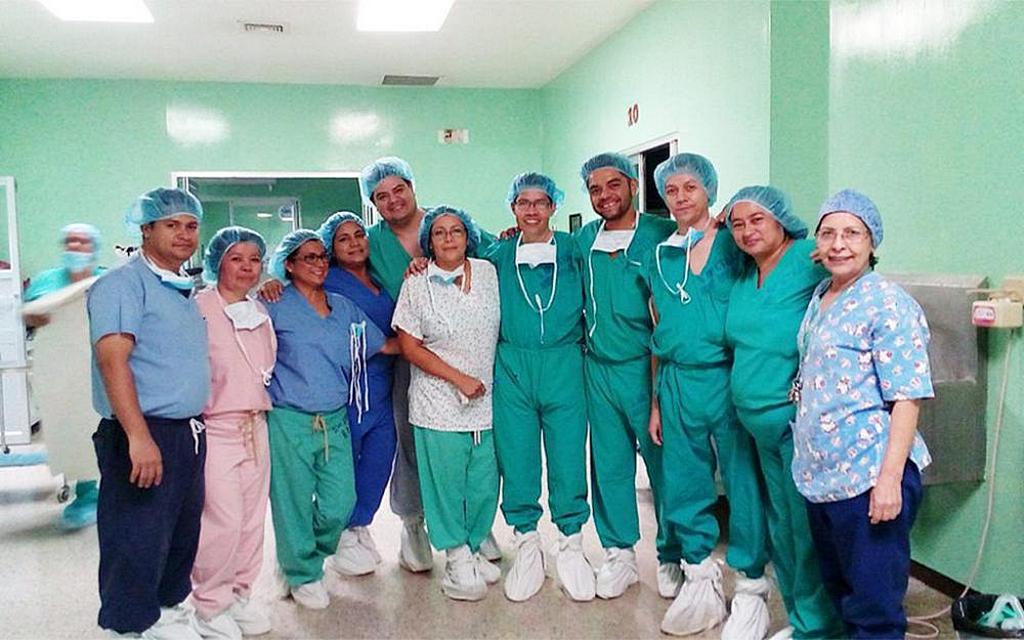 Врач Иеремия Рамос (седьмой слева) стоит с медицинским персоналом в Национальной больнице Росалеса в Сан-Сальвадоре, Сальвадор. [Фото: предоставлено аккаунтом Иеремиая Рамос в Facebook]