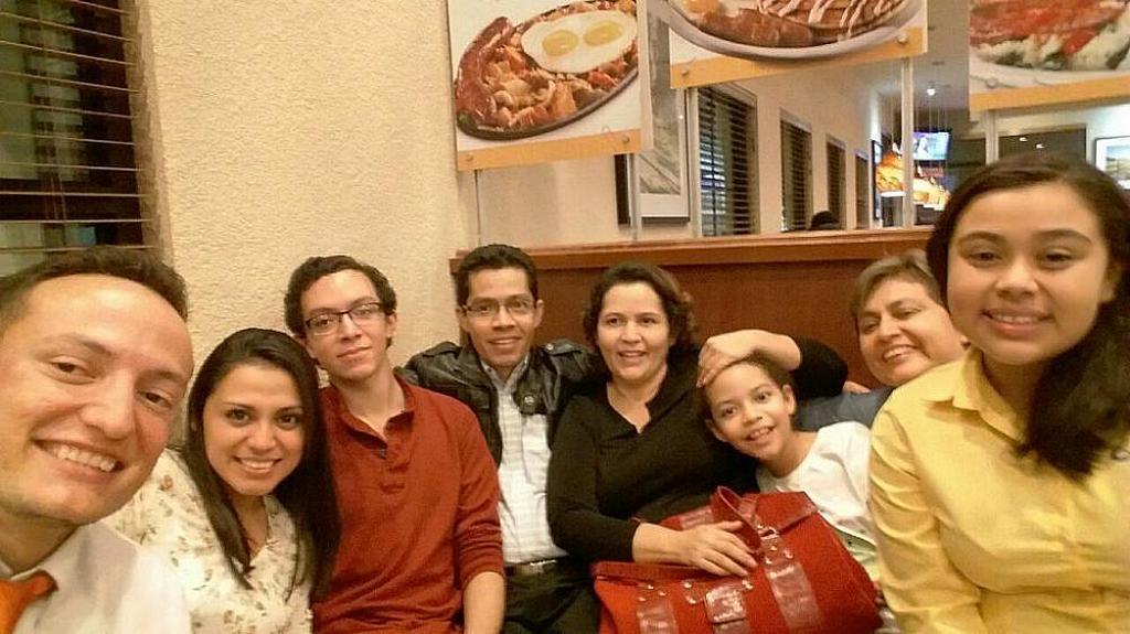 Иеремия Рамос (в центре) сидит рядом со своей женой Беатрис и его детьми вместе с друзьями из церкви адвентистов седьмого дня Скандиа в ресторане в начале 2020 года. [Фото: предоставлено аккаунтом Иеремия Рамос в Facebook]