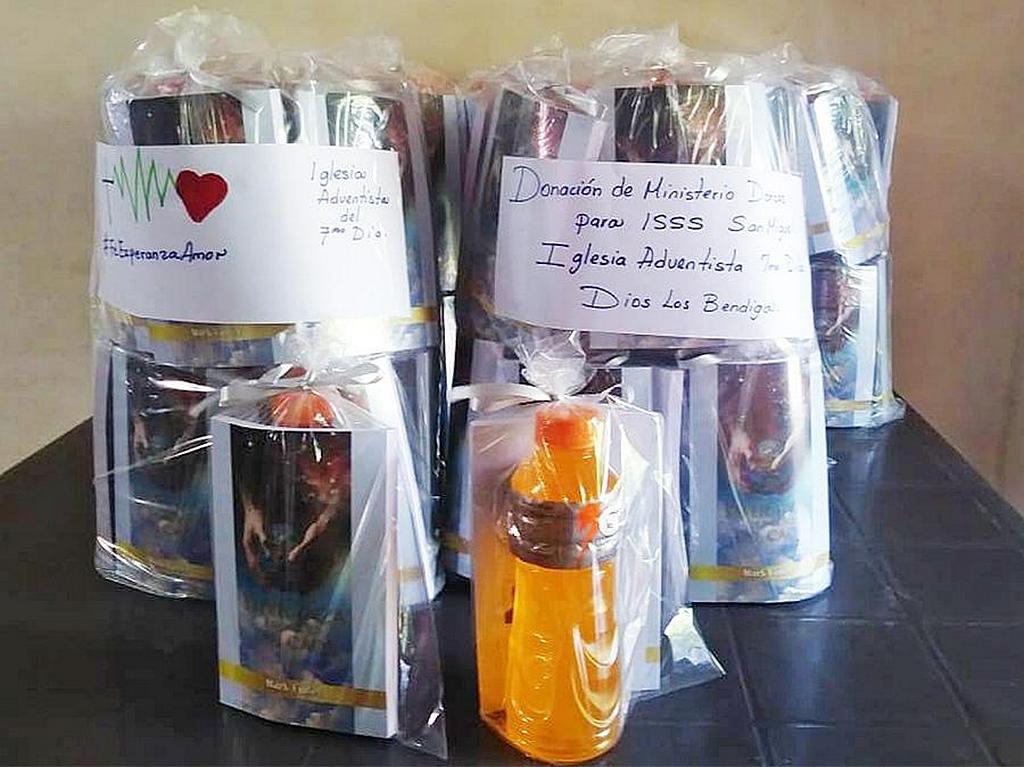 Пакеты, собранные адвентистами седьмого дня, включали освежающий напиток и книги для медицинских работников в районных больницах Сан-Мигеля, Сальвадор. [Фото: Конференция Восточного Сальвадора]