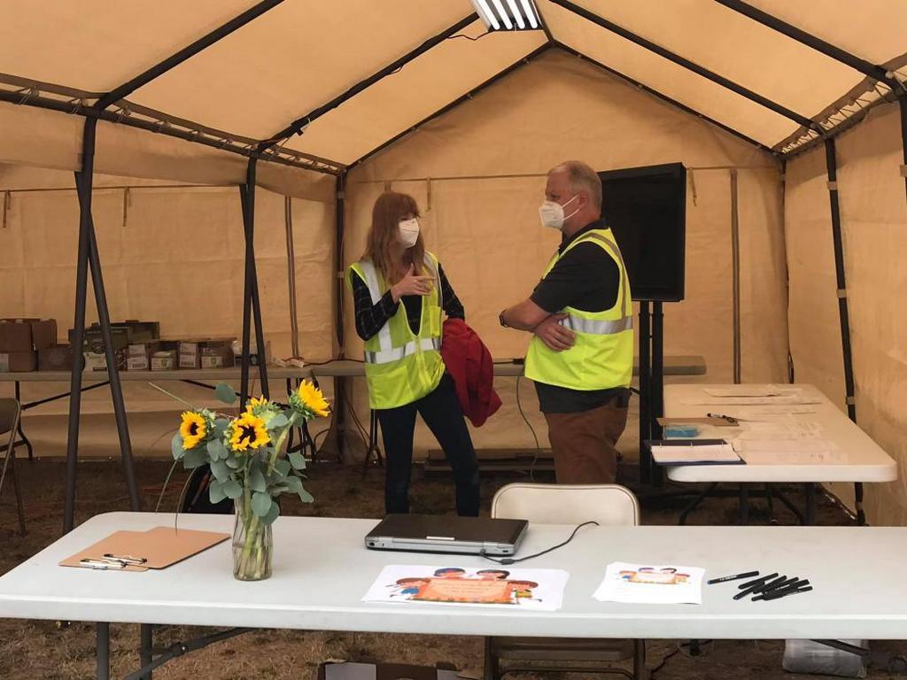 Сотрудники Детского служения Орегонской конференции проводят мероприятия для детей, эвакуированных из-за лесных пожаров. [Фото: аккаунт Дэна Линруда в Facebook]