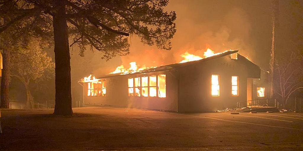 """В Дир-Парке, Калифорния, США, здание адвентистской начальной школы Футхиллс (на фото), а также Общественный Центр адвентистской церкви Хейвен и многие окружающие дома и здания были разрушены """"Стеклянным огнем"""". [Фото: Крейг Филпотт]"""