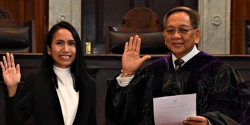 Слева судья Офелия Пуэрто Кабахуг [Фото: любезно предоставлено семьей Кабахуг]