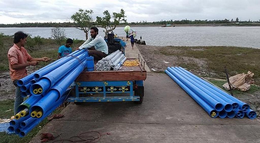 Материалы для водных проектов Маранафа переправляются на лодке к ближайшему берегу, где их доставляют к месту бурения. [Фото: Maranatha Volunteers International]