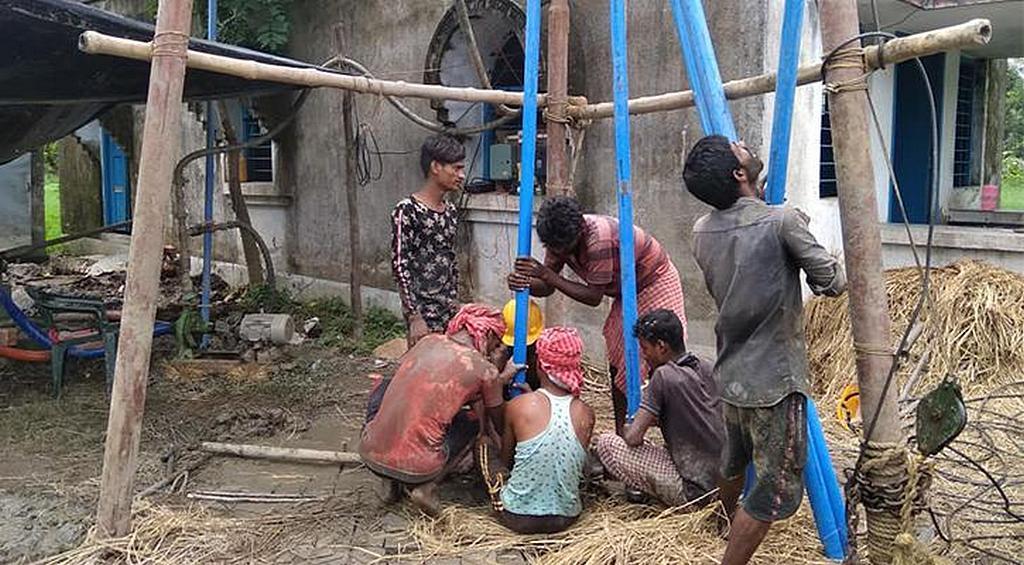 Рабочие устанавливают трубы на одном из участков, где Маранафа планирует обеспечить чистой водой жителей островов Сундарбан в Индии. [Фото: Maranatha Volunteers International]