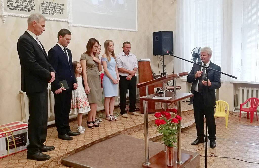 Президент конференции Лев Вертыло молится о новом пасторе Сергее Панине и о пасторской семье Матюхиных