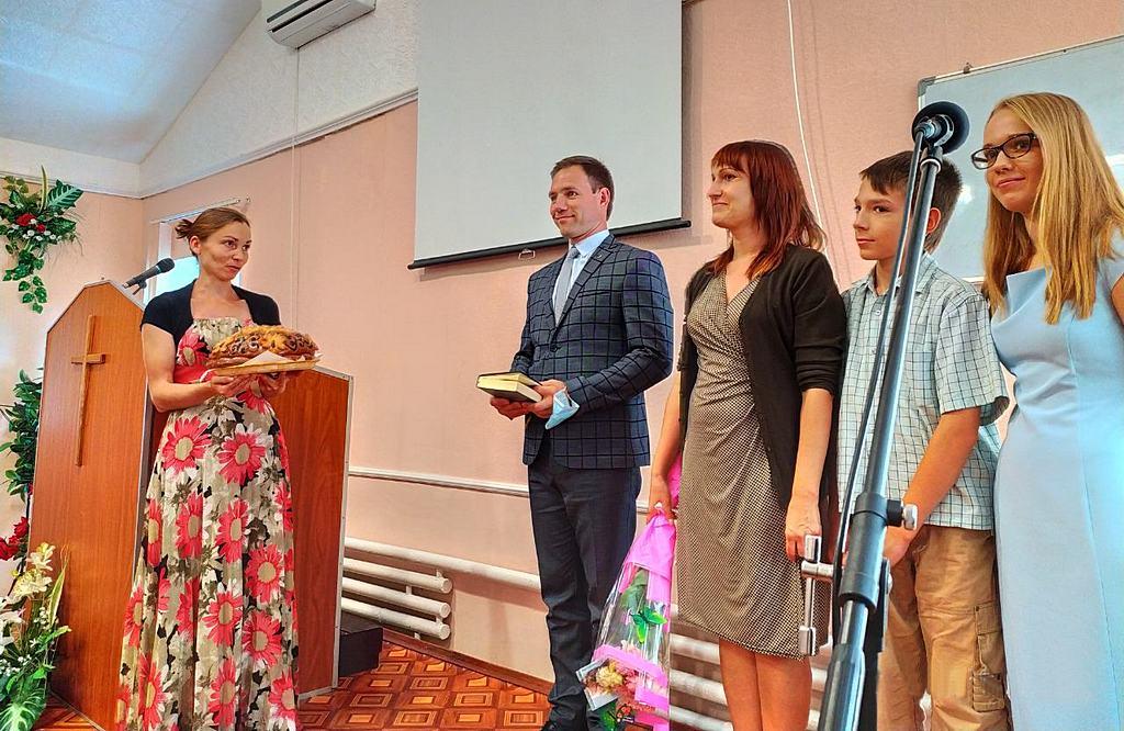 Бердянская церковь принимает хлебом-солью пасторскую семью Матюхиных