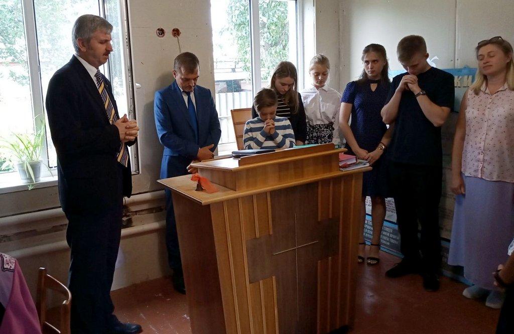 Сергей Столяренко молится о церкви и о пасторе