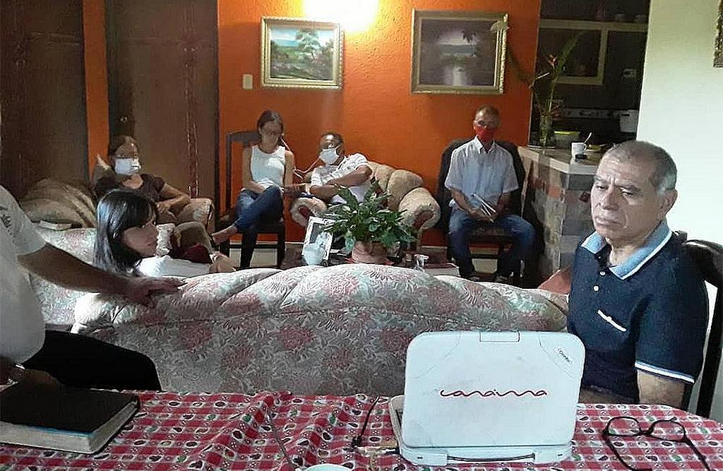 Группа смотрит онлайн-евангелизационную кампанию с ноутбука в доме на западе Венесуэлы. [Фото: Унион Западной Венесуэлы]