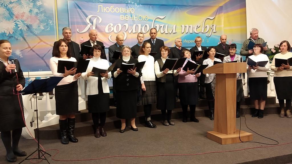 Сводный хор прославляет Бога