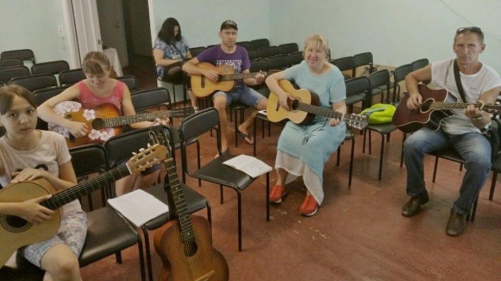 В церкви Ковшаровки закончились годичные курсы игры на гитаре