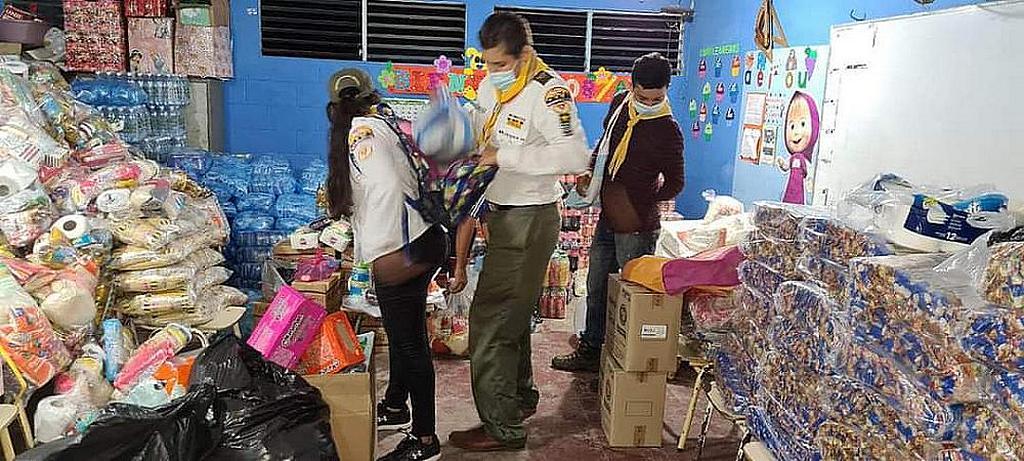 Адвентисты из церквей на северо-западе Сальвадора сортируют и упаковывают товары для семей, перемещенных в результате оползней. [Фото: предоставлено Унионом Сальвадора]
