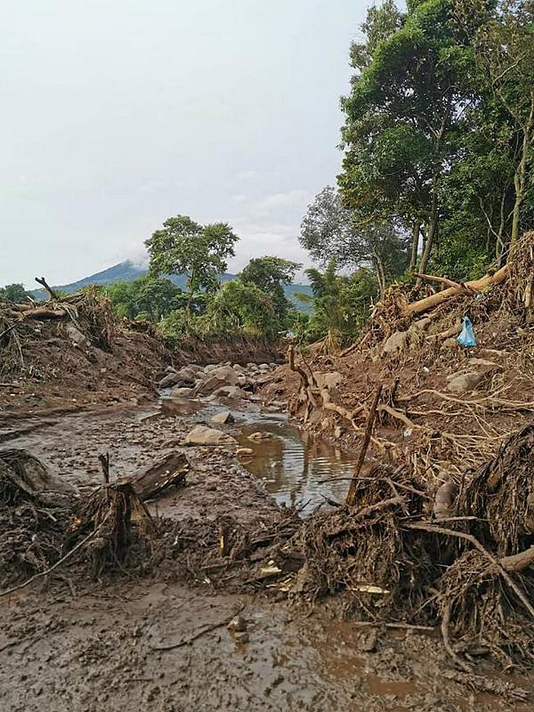 После проливных дождей 30 октября 2020 года остатки оползня покрыли дорогу в Неджапе, Сальвадор, и повредили десятки домов, в результате чего погибли девять человек. [Фотография любезно предоставлена Унионом Сальвадора]