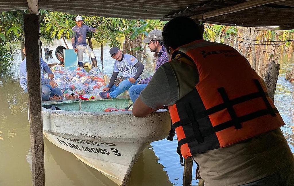 Группа добровольцев-членов церкви 11 ноября 2020 г. доставляет продуктовые наборы общине Ацтлан V в Табаско, на юго-востоке Мексики, для 60 семей [Фото: любезно предоставлено Юго-восточным Мексиканским унионом]