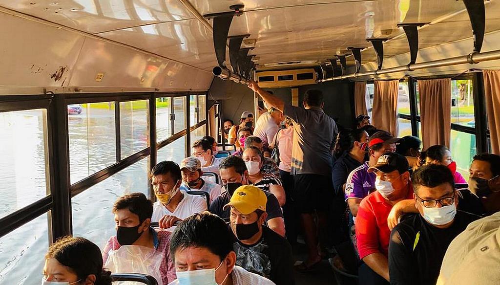 Людей из затопленных районов перевозят на автобусе адвентистской школы имени Никанора Гонсалеса Мендосы в безопасное место в Вильяэрмосе, Табаско, 9 ноября 2020 г. [Фото: любезно предоставлено Юго-Восточным Мексиканским унионом]