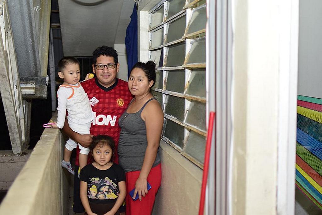 Эрик Лопес и его семья 27 февраля стоят перед одной из комнат детского отдела адвентистской церкви, комнаты, где они нашли приют, в Табаско, Мексика, 8 ноября 2020 г. [Фото: любезно предоставлено Юго-Восточным Мексиканским унионом]
