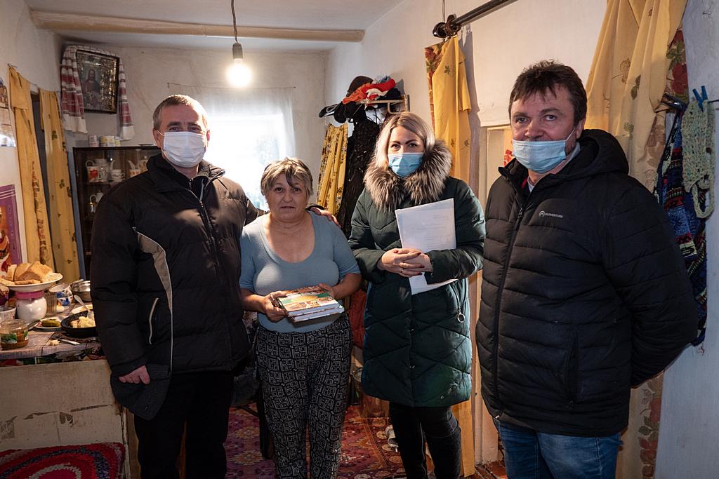 Представники УБТ та місцевих органів влади з подарунками у однієї з родин, потребуючих соціальної допомоги у Новотроїцькому