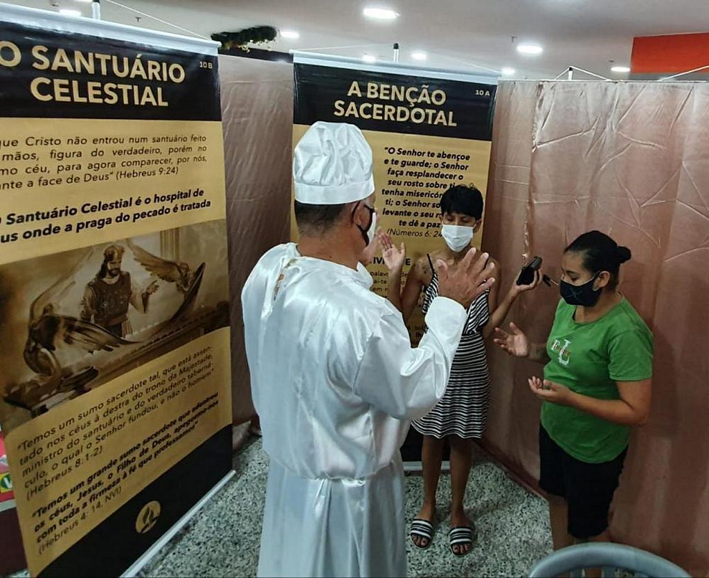 Координаторы выставки святилища в Бразилиа, Бразилия, предложили помолиться с теми, кто готов молиться. Они также поделились священническим благословением, записанным в Числах 6: 24-26. [Фото: Новости Южно-Американского дивизиона]