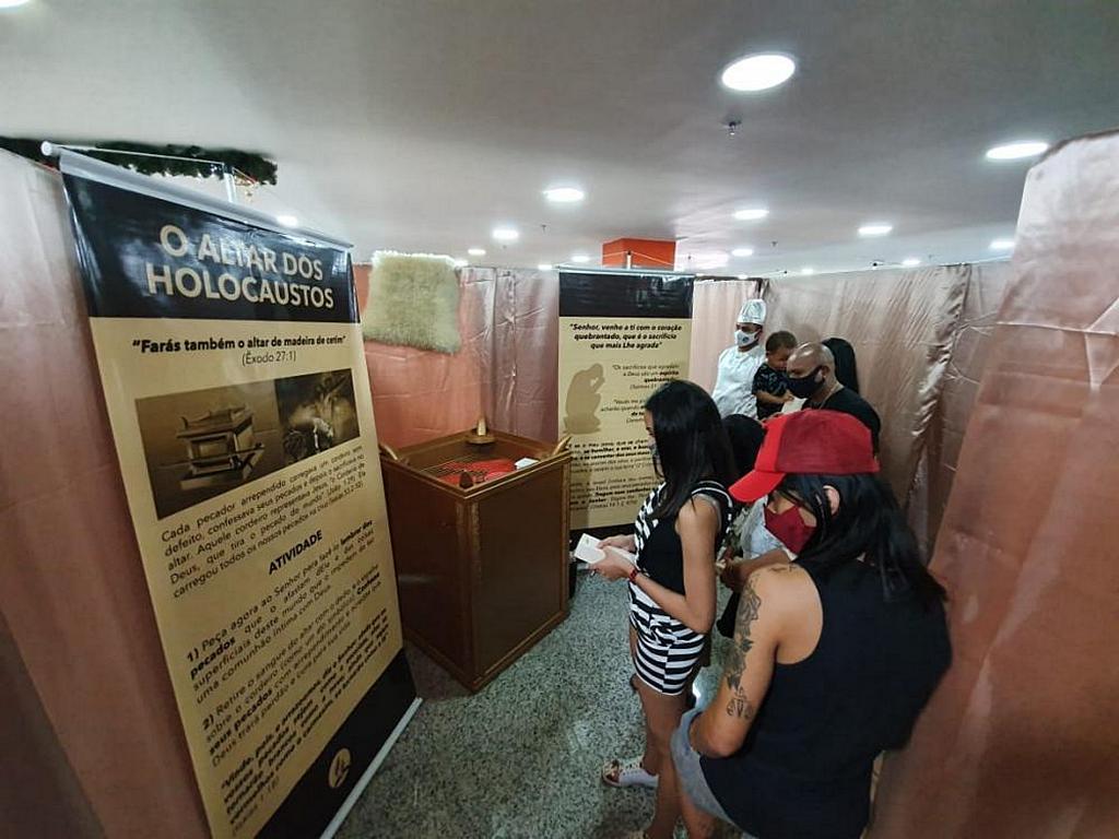 Спонсируемая адвентистами передвижная выставка представила структуру и функционирование древнеизраильского святилища в торговом центре в Бразилиа, Бразилия. [Фото: Новости Южно-Американского дивизиона]