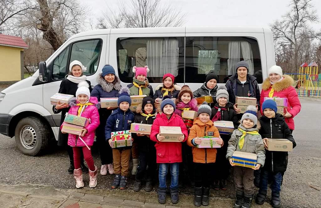 Слідопити Кам'янки Дніпровської дарували дітям подарунки