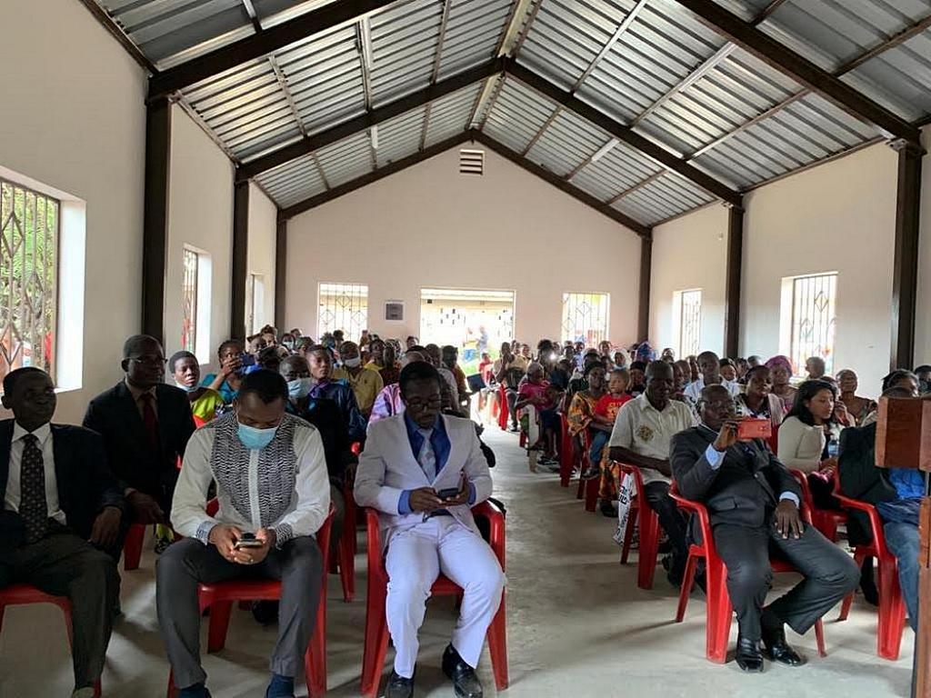 Члены и гости церкви радуются открытию нового церковного здания, спонсируемого Maranatha Volunteers International в Кот-д'Ивуаре. [Фото: Maranatha Volunteers International]