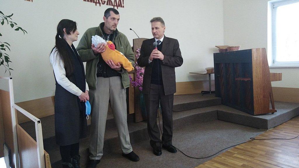 Олег и Елена Щур со своим сыном Юрием рядом с пастором Анатолием Господарцем