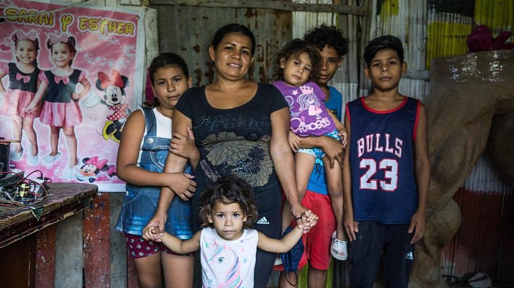 Александра Веласко и ее дети являются одной из более чем 16 000 семей Эквадора, которые участвовали в программе продовольственной помощи ADRA. [Фото: ADRA в Эквадоре]