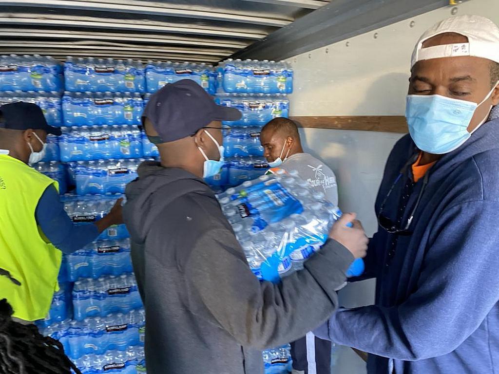 В церкви адвентистов седьмого дня Университета Оквуд в Хантсвилле, штат Алабама, США, добровольцы загружают пожертвованные бутылки с водой в грузовик, направляющийся в Техас. [Фото: Церковь Университета Оквуд]