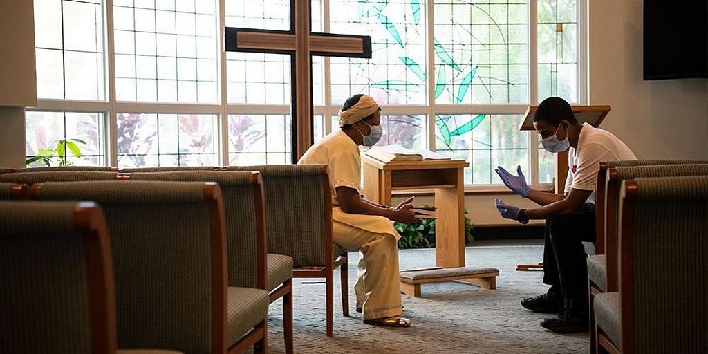 Больничные капелланы оказывают духовную помощь пациентам, а также персоналу и посетителям. [Фото: AdventHealth University]