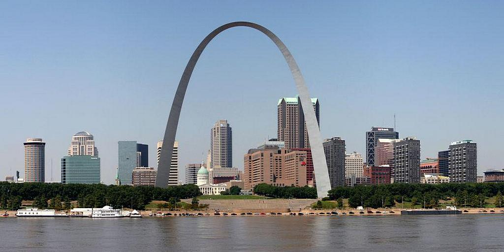 Панорамный вид Сент-Луиса, в котором доминирует знаменитая 190-метровая арка. [CillanXC, Википедия]