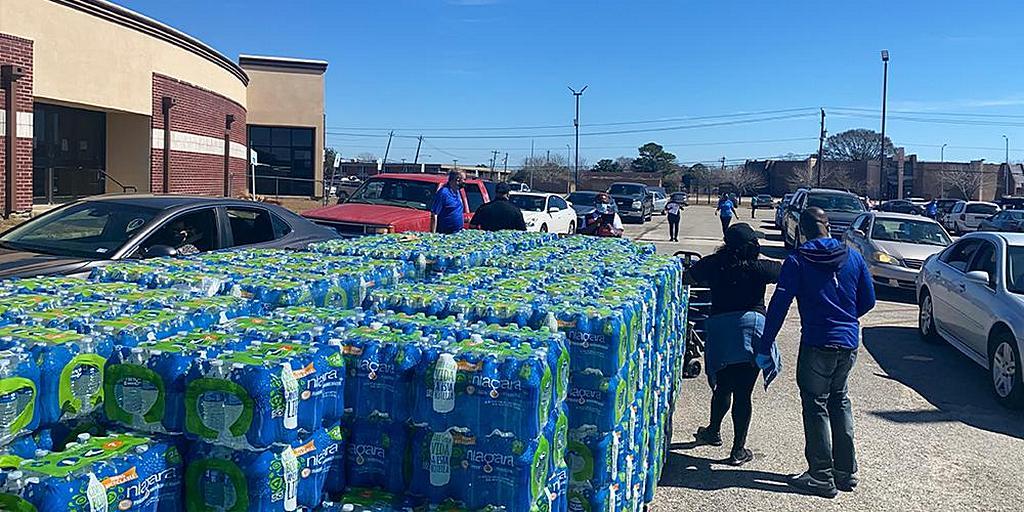 Церковь Университета Оквуд проводит кампанию по сбору средств для поставки питьевой воды в Техас