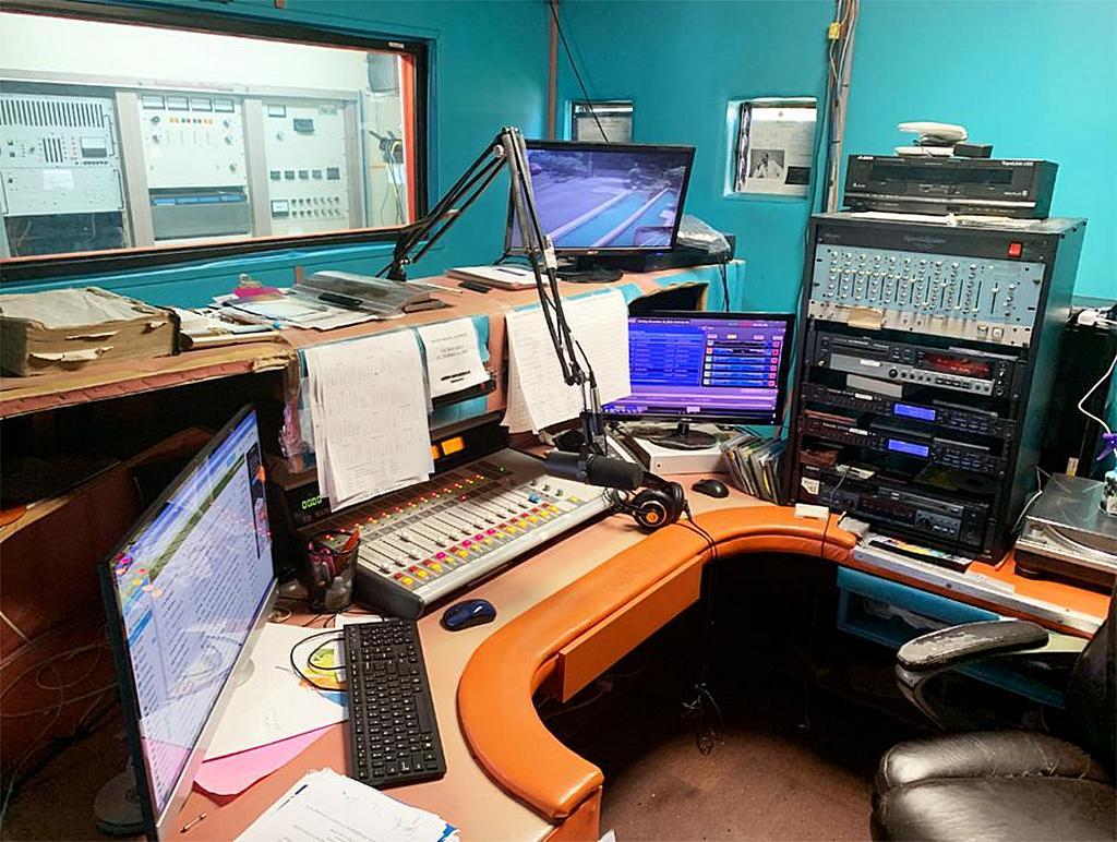 Часть студии на радио станции WGOD в Сент-Томасе, недавно купленная Северной Карибской конференцией церкви адвентистов седьмого дня. [Фото: Ройстон Филберт, Северная Карибская конференция]
