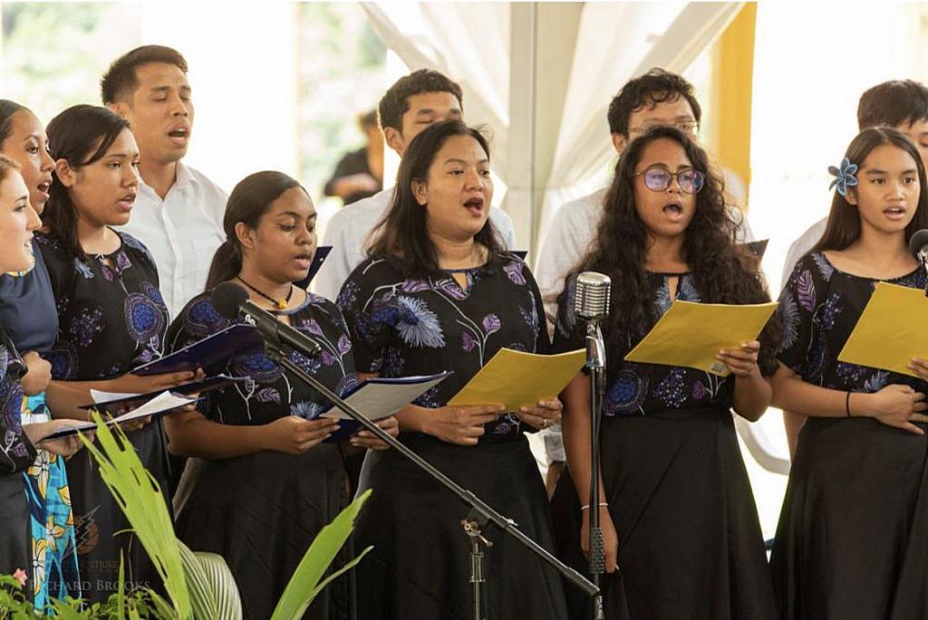 Молодежь общины адвентистов седьмого дня Корор поет гимн «Исцели нашу землю» на инаугурации президента Палау 21 января 2021 года. [Фото: Ричард Брукс, Lightning Strike Media Productions]