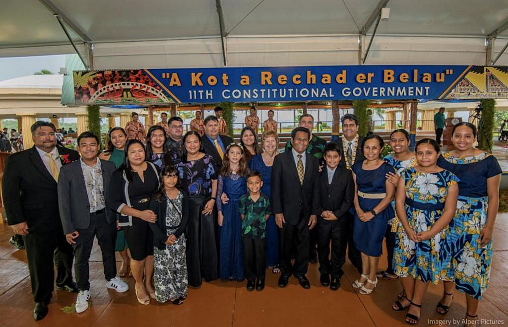 Семья и друзья празднуют президентскую инаугурацию члена адвентистской церкви Палау Сурангеля Уиппса-младшего (на фото пятый справа). [Фото: Джесси Альперт / Alpert Pictures]